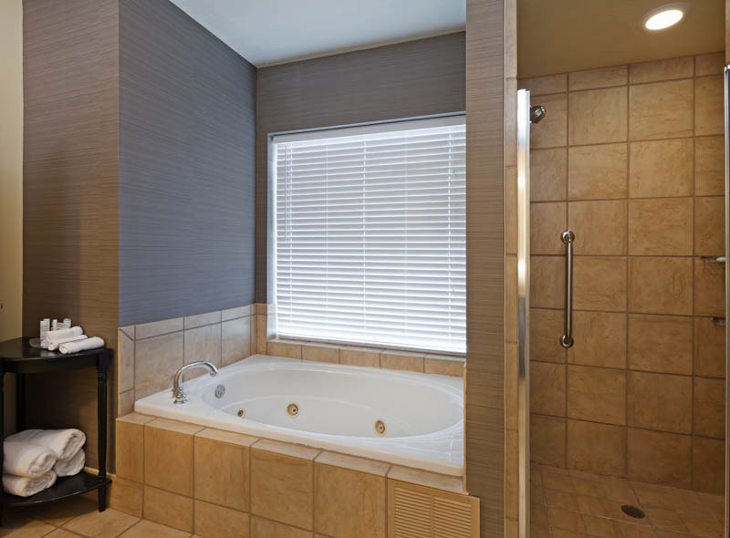 HOMEWOOD_SUITES_WICHITA_TX_PRESIDENTIAL_SUITE_JACUZZI_TUB-AND_SHOWER